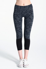 A61Y1307 / Bottom hugging panelled leggings